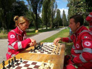 Volontari croce rossa giocano a scacchi